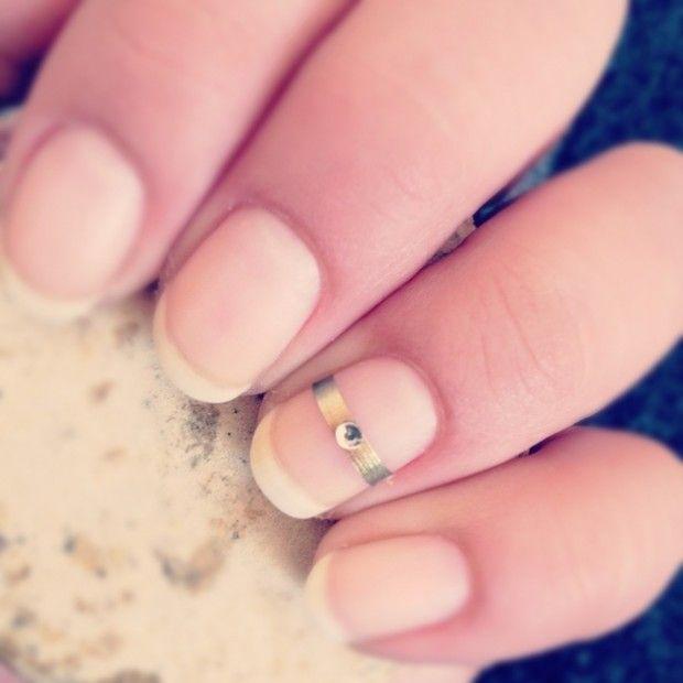 toothpaste-whiten-nails